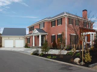 赤いレンガが圧巻の外観: 株式会社Linewoodが手掛けた家です。