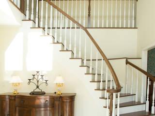 螺旋階段がある吹き抜けの玄関: 株式会社Linewoodが手掛けた廊下 & 玄関です。