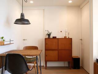 白のハーモニーで作る二人のこだわり空間: 株式会社スタイル工房が手掛けた折衷的なです。,オリジナル