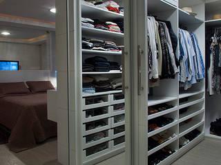 Closets de estilo moderno de Angela Ognibeni Arquitetura e Interiores Moderno