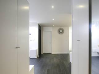 Couloir et hall d'entrée de style  par 홍예디자인, Moderne