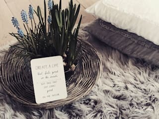 DO all things with GREAT LOVE...: skandinavische Wohnzimmer von Miavillja