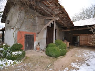 face sud de la grange avant travaux de rénovation: Maisons de style  par KREA Koncept
