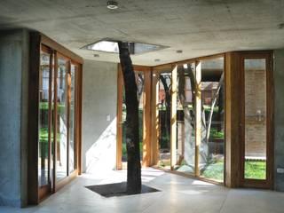 QUINCHO EN LOMAS: Jardines de estilo  por Arq. Santiago Viale Lescano