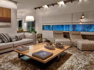 Residência AM: Salas de estar  por Isabela Canaan Arquitetos e Associados,