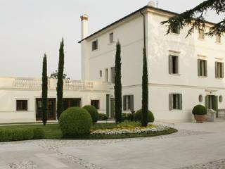 Villa Carrer Case moderne di VARASCHINSTUDIO Moderno