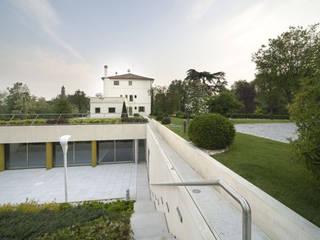 Villa Carrer: Case in stile in stile Moderno di VARASCHINSTUDIO