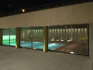 Villa Carrer: Piscina in stile in stile Moderno di VARASCHINSTUDIO