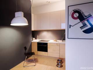 MIESZKANIE 'PONAD DACHAMI' - aneks kuchenny: styl , w kategorii Kuchnia zaprojektowany przez DOKTOR ARCHITEKCI