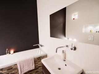 MIESZKANIE 'PONAD DACHAMI' - łazienka: styl , w kategorii Łazienka zaprojektowany przez DOKTOR ARCHITEKCI