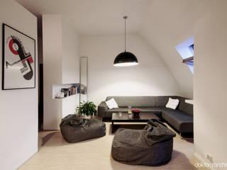 MIESZKANIE 'PONAD DACHAMI' - salon: styl , w kategorii Salon zaprojektowany przez DOKTOR ARCHITEKCI