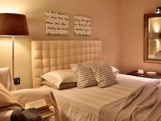 home staging: Camera da letto in stile  di Dress your home