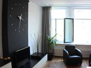 Minimalistyczny salon od Estudi ramis Minimalistyczny