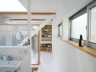 斜め材をあらわし空間をつなげた3階建て木造住宅 石井井上建築事務所 モダンスタイルの寝室