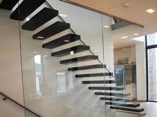 """het trappenhuis met de """"zwevende"""" traptreden Moderne gangen, hallen & trappenhuizen van De Witte - Van der Heijden Architecten Modern"""