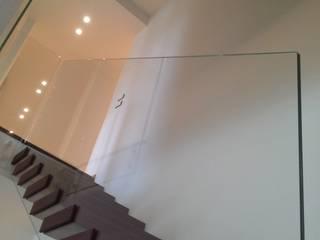 scala in corten con parapetto in vetro: Ingresso & Corridoio in stile  di internitreviso