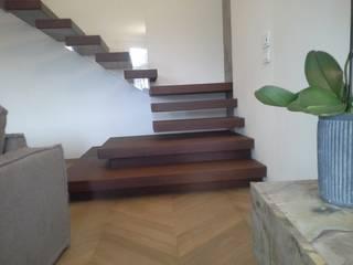 smonto scala : Ingresso & Corridoio in stile  di internitreviso