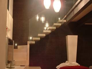 scala in legno con parete rivestita in ardesia: Ingresso & Corridoio in stile  di internitreviso