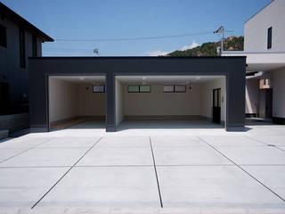 Garajes de estilo  por 株式会社深田建築デザイン研究所
