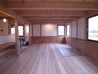 東中野のいえ: 伊田直樹建築設計事務所が手掛けたリビングです。,