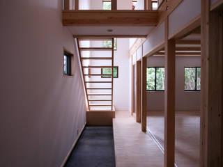 風呂敷住宅 <展開する家>: 士が手掛けた廊下 & 玄関です。,