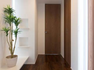 新庄のいえ: 伊田直樹建築設計事務所が手掛けた廊下 & 玄関です。,