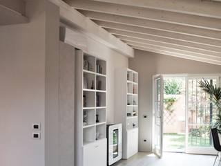 RIZZINELLI & VEZZOLI ARCHITETTI ASSOCIATI Salones de estilo moderno Madera Gris