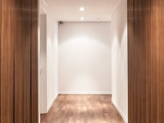 디자인사무실 Modern Corridor, Hallway and Staircase Wood Black