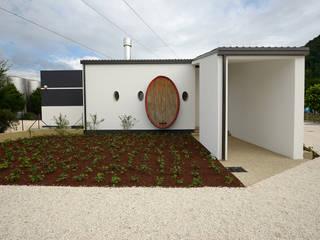 Vista del fabbricato a lavori ultimati: Negozi & Locali commerciali in stile  di Studio Architetto Wally Tomé
