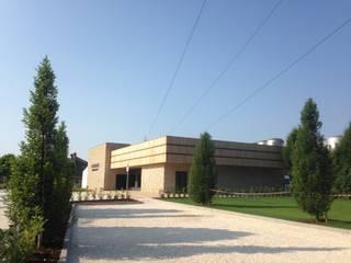 Vista del fabbricato in fase di ultimazione dei lavori: Negozi & Locali commerciali in stile  di Studio Architetto Wally Tomé