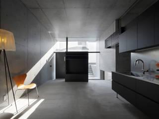 宮城のガレージハウス: 有限会社Kaデザインが手掛けたリビングです。