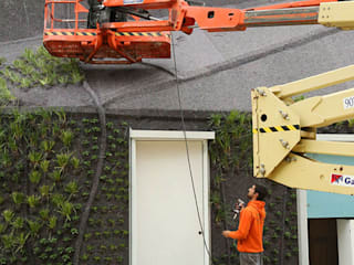 Jardín vertical en Elche - construcción: Bares y Clubs de estilo  de Jardines Verticales Paisajismo Urbano