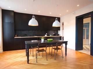 Rénovation d'un appartement Cuisine moderne par Atelier[21] Moderne