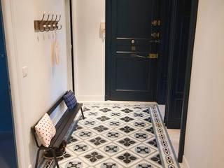 Rénovation d'un appartement Couloir, entrée, escaliers modernes par Atelier[21] Moderne