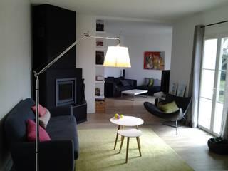 Rénovation d'un espace salon/salle à manger : changement du sol au plafond Salon moderne par Atelier[21] Moderne