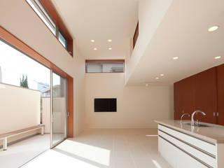 Salas de estar modernas por 一級建築士事務所 Eee works Moderno