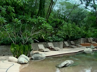 Tropical style pool by BR ARQUITECTOS Tropical