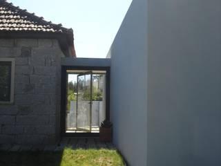 Glass entrance: modern Houses by Utopia - Arquitectura e Enhenharia Lda