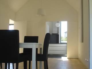 Minimalist interior:  Dining room by Utopia - Arquitectura e Enhenharia Lda