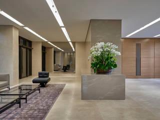 Nowoczesny korytarz, przedpokój i schody od Alessandra Contigli Arquitetura e Interiores Nowoczesny