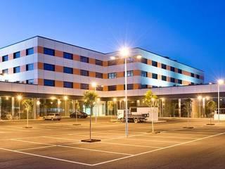 EDIFICIO COMERCIAL ABAD Y COTONER, S.L. Casas de estilo moderno Naranja