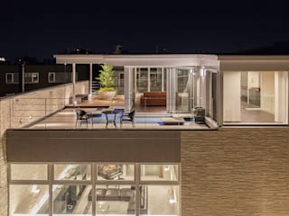 Balcones y terrazas modernos de 株式会社 t2・アーキテクトデザイン 一級建築士事務所 Moderno
