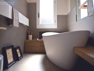 Memorie Disegnate: Bagno in stile in stile Moderno di STUDIO ACRIVOULIS      Architettra + Interior Design