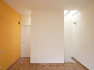 Soluzione Verticale Soggiorno moderno di STUDIO ACRIVOULIS Architettra + Interior Design Moderno