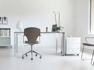 Cajonera colocada en estudio/despacho:  de estilo  de Aram interiors