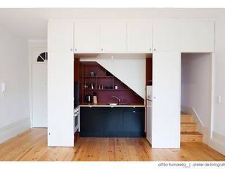 Casa do Pinheiro: Cozinhas  por BAAU - Bernardo Amaral Arquitectura+Urbanismo