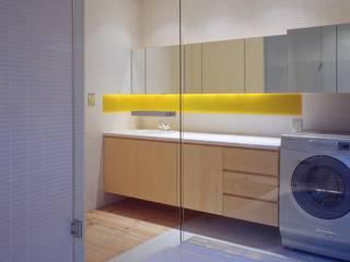 大林邸: MAY COMPANY & ARCHITECTSが手掛けた浴室です。,