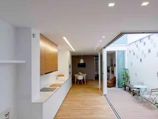 Casa Patio Salones de estilo moderno de Poveda Arquitectos Moderno