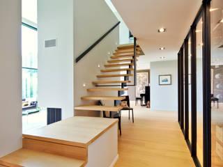 maison paysage: Couloir et hall d'entrée de style  par Jean Bodart Architecte