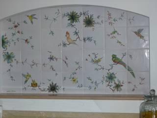 Moustiers, fresque murale décor exclusif des perroquets: Cuisine de style  par LALLIER-MOUSTIERS(FAIENCERIE DES TROIS L SARL)
